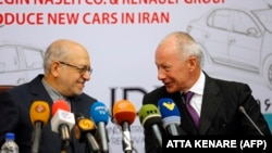 IRAN -- Thierry Bollore (R), deputy director of Competitiveness at Renault, and Iranian Minister of Industry Mohammad Reza Nematzadeh attend a press conference following a signing of a deal ceremony in Tehran on August 7, 2017