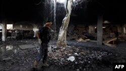 Жарылыс болған жерде тұрған адам. Сана, Йемен, 8 қазан 2016 жыл.