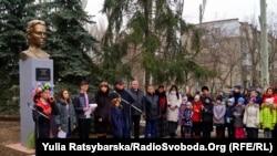 Пам'ятник Лесі Українці відкрили на території школи №129