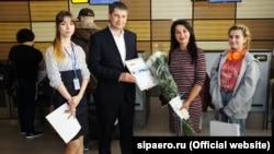 Вручение подарочного сертификата Анне Переваловой