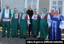 Владимир Константинов с участниками самодеятельной фольклорной группы