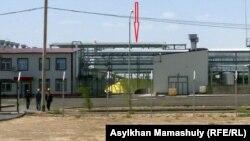 Здание сернокислотного завода в поселке Жанакорган Кызылординской области.