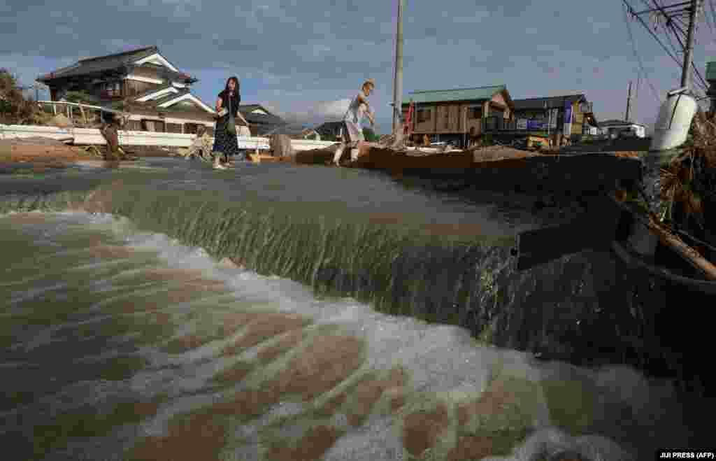 Жители в одной из наиболее пострадавших областей - префектуре Окаяма.