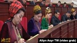 Кадр из трансляции встречи президента Туркменистана с депутатами, которые делают записи ручками зелёного цвета.