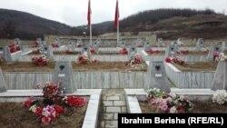 Memoriali i 45 personave që u vranë në Reçak gjatë luftës së vitit 1999.