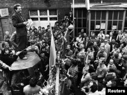 """""""Солидарность"""" қозғалысының лидері Лех Валенса жұмысшылар ереуілінде сөйлеп тұр. Польша, Гданьск, 8 тамыз 1980 жыл."""