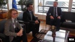 Претседателот на СДСМ Зоран Заев и потпретседателката на СДСМ Радмила Шеќеринска се сретнаа со Еврокомесарот Штефан Филе во Брисел на 7 јануари 2014.