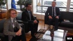 Претседателот на СДСМ Зоран Заев и потпретседателката на СДСМ Радмила Шеќеринска се сретнаа со Еврокомесарот Штефан Филе во Брисел.