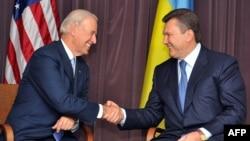 Архівне фото: Джо Байден (л) і тодішній лідер опозиції Віктор Янукович (п) під час зустрічі в Києві, 21 липня 2009 року