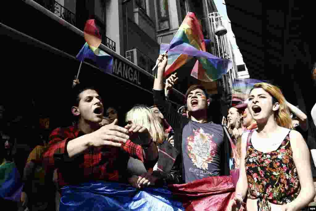 Учасників ходи також атакували турецькі націоналісти, які за день до того, заявили, що «дегенерати» ЛГБТ не мають виходити на вулиці, передає «Рейтер»