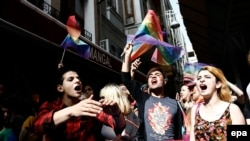 Учасники маршу за права ЛГБТ в Стамбулі, червень 2016 року