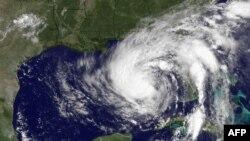 Тропічна буря Isaac наближається до американського узбережжя Мексиканської затоки, штучно розфарбоване супутникове фото 27 серпня 2012 року, 15:45 GMT
