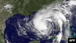 Pamje satelitore e stuhisë Isaac