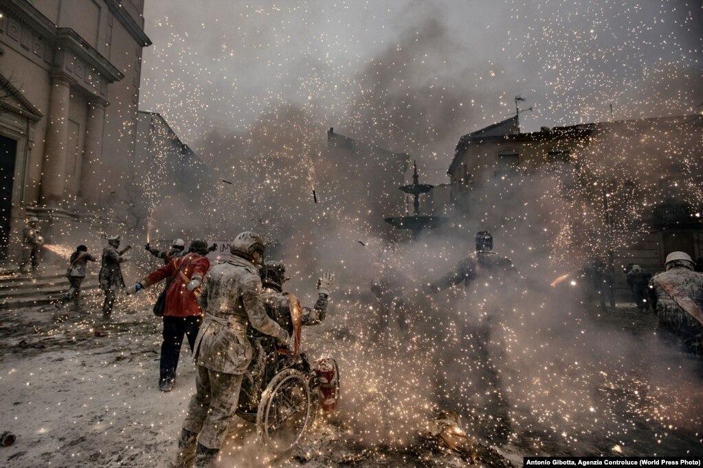 """Për çdo vit, më 28 dhjetor, në Ibi të Spanjës mbahet festivali """"Lufta e miellit"""". Gjatë këtij festivali, qytetarët ndahen në dy grupe: ata që improvizojnë organizimin e një grusht shteti dhe grupi që mundohet të qetësojë rebelimin. Dy ekipet luajnë me miell, ujë, vezë dhe bomba tymi shumëngjyrëshe. Kjo traditë 200 vjeçare njihet me emrin Els Enfrainats."""