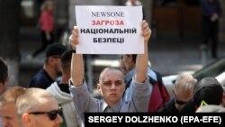 Учасник акції біля будівлі Нацради з питань телебачення і радіомовлення з вимогою скасувати ліцензію телеканалу NewsOne. Київ, 9 липня 2019 року
