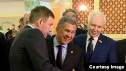 Рөстәм Миңнеханов (уртада) V Бөтенрусия татар авыллары эшкуарлары җыенында