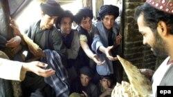 د بلوچستان په سرحدي ښار چمن کې د یوې مدرسې طالبان افغان کډوال له یوه نانوايي وړیا ډوډۍ ترلاسه کوي. ۱۶ اکتوبر ۲۰۰۹م کال