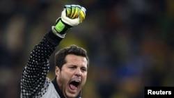 Вратарь сборной Бразилии Жулио Сезар радуется победе своей команды