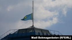 Приспущенный флаг Казахстана на здании Центрального Государственного музея. Алматы, 5 июня 2012 года.