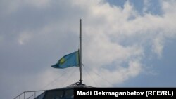 Қаралы күнде орталық мемлекеттік мұражайдағы төмен түсірілген ту. Алматы, 5 қаңтар 2012 жыл. (Көрнекі сурет).