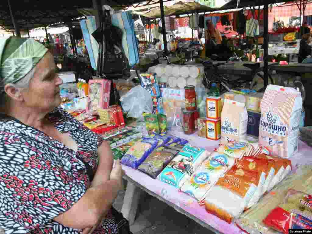 На базарі в румунському Сигеті продаються переважно українські продукти харчування, які румуни привозять із сусіднього Солотвина. Фото Олександри Малаховської