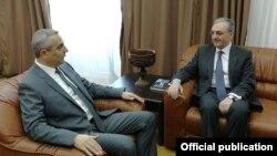 Министр иностранных дел Армении Зограб Мнацаканян (справа) и министр иностранных дел Нагорного Карабаха Масис Маилян, Степанакерт, 25 февраля 2019 г.