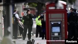 Лондондағы жаратылыстану мұражайының жанында тұрған полиция қызметкерлері. 7 қазан 2017 жыл.