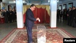 Prezident Emomali Rahmon ses berýär, Duşenbe, 6-njy noýabr, 2013