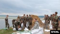 Soldaţi ai Armatei Naţionale, ridicând diguri în calea inundaţiilor de la Nemțeni, iulie 2010