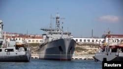 """Nava de comandă a flotei ucrainene, """"Slavutici"""", blocată la Sevastopol de două vase ruse."""