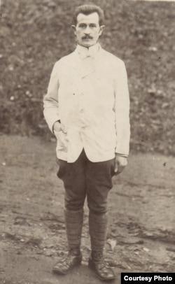 Un ofițer român în Germania (Foto: Expoziția Marele Război, 1914-1918, Muzeul Național de Istorie a României, http://www.marelerazboi.ro/razboi-catalog-obiecte/item/prizonieri-romani)