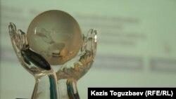 2011 жылы қуғындағы бизнесмен Мұхтар Әблязовқа берілген «Азаттық» сыйлығы. Алматы, 19 қаңтар 2011 жыл.