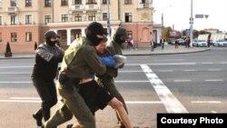 بازداشت یک معترض از سوی پولیس بلاروس