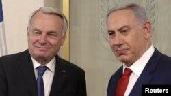 Министр иностранных дел Франции Жан-Марк Эйро (слева) и премьер-министр Израиля Биньямин Нетаньяху.