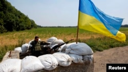 Український військовослужбовець на блокпосту біля села Нікішине, 1 серпня 2014 року