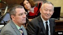 ҰҚК-нің бұрынғы офицерлері Әлнұр Мұсаев (оң жақта) пен Вадим Кошляк сотта отыр. Вена, 14 сәуір 2015 жыл.