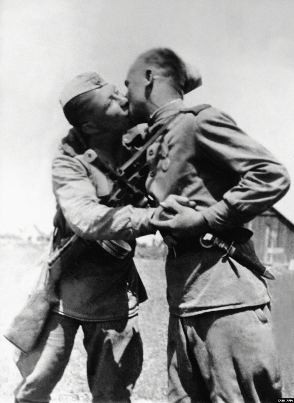 Солдати Червоної армії цілуються після оголошення перемоги над нацистською Німеччиною, 1945 рік