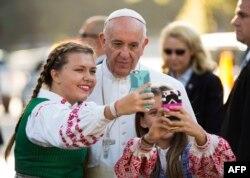 پاپ سلفی میگیرد