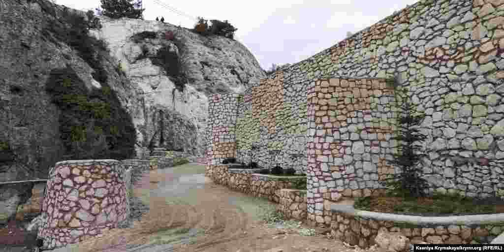 Він розташований у скелях Внутрішньої гірської гряди над дорогою Бахчисарай – Синапне, між селами Передущельне і Баштанівка Бахчисарайського району Криму