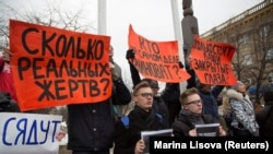 Стихийный митинг у здания администрации в Кемерове