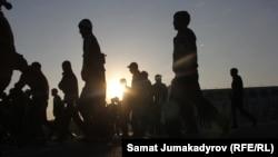 Айт намазга бараткан жаштар. Бишкек