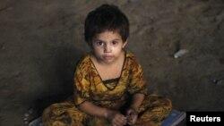 دختربچه بیخانمان سهساله در کراچی پاکستان