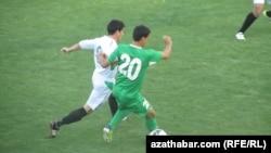 """Aşgabat"" we ""Daşoguz"" futbol toparlary ýaryşýar."