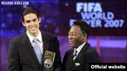 Пеле му ја предава наградата за најдовар годбалер на Бразилецот Кака во 2007