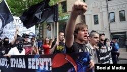 Вячеслав Мартынов (в первом ряду, с поднятой рукой) участвует в марше за федерализацию Кубани.