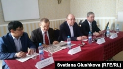 Кандидаты в депутаты парламента от ОСДП на гражданских слушаниях. Астана, 23 февраля 2016 года.