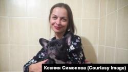 Художниця Ксенія Симонова з собакою куми