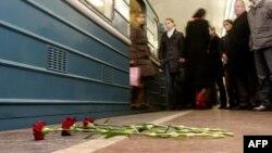 Цветы в память о погибших 29 марта 2010 года в Московском метро