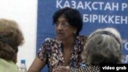 Верховный комиссар ООН по правам человека Нави Пиллэй беседует с представителями казахстанских НПО. Алматы, 11 июля 2012 года.