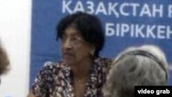 Алматыда БҰҰ-ның адам құқығы бойынша бас комиссары Нави Пиллэй қазақстандық үкіметтік емес ұйымдар өкілдерімен кездесті. Алматы, 11 шілде 2012 жыл.